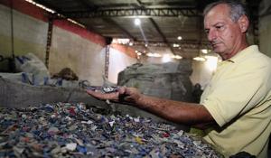 Hélio Souza explicou que todo o material será separado de acordo com a matéria-prima, passando por um processo delicado e detalhado. Cada quilo custa de 20 a 30 centavos. (Márcio Silva /reprodução)