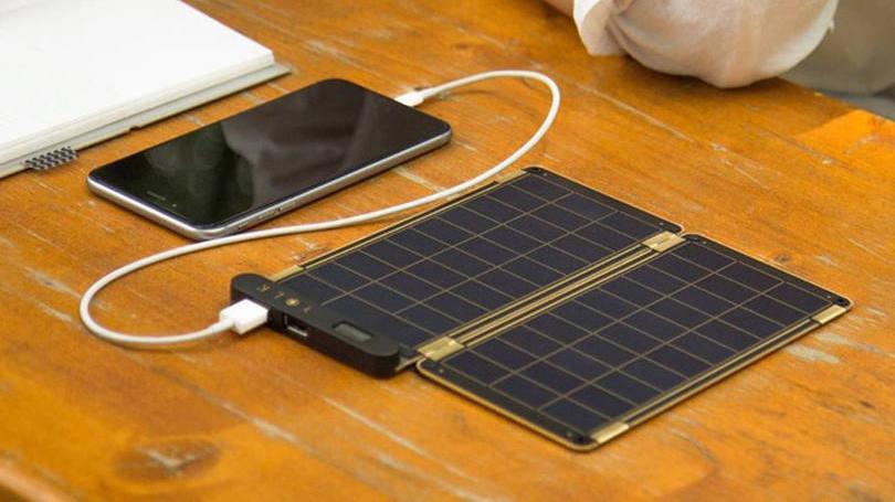 Imagem ilustrativa de carregador portátil com recarga solar