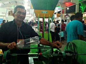 Francisco Viana criou máquina para fazer vassouras de garrafa pet (Foto: G1/reprodução)