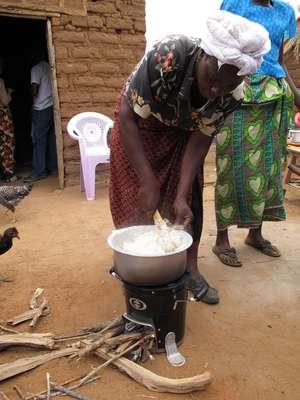 Um dos modelos de fogão da Envirofit em uso na região de Nairóbi, no Quênia (Foto: Envirofit / Divulgação)