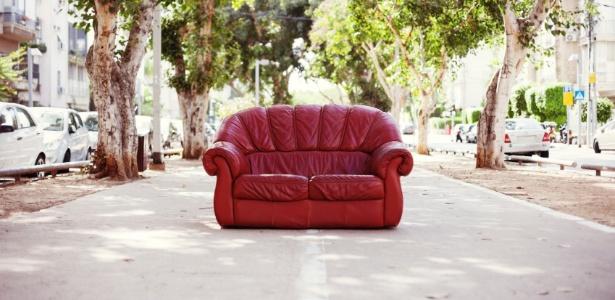 sofas-nao-devem-ser-deixados-em-vias-publicas-doe-ou-faca-o-descarte-correto-1461353948565_615x300