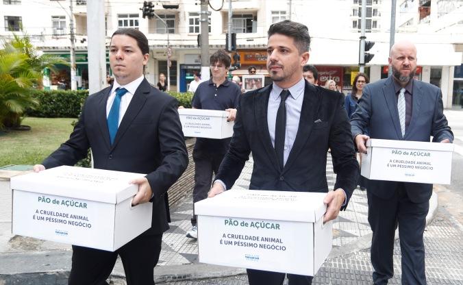 Equipe MFA levando assinaturas a Paulo Pompilio, do GPA.JPG
